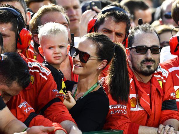Robin Räikkönenkin sai Pirelliltä oman minirenkaan. 3-vuotias poika seurasi heinäkuun lopussa Minttu-äitinsä sylistä, kun Kimi-isä nousi Unkarin GP:n jälkeen kolmoskorokkeelle.