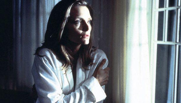 SALAISUUS PINNAN ALLA. Michelle Pfeiffer alkaa nähdä kummia.