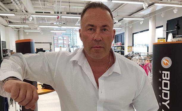 Yrittäjä Ari Kokkonen avasi viime viikolla uuden liikkeen Ratinan kauppakeskukseen Tampereelle.