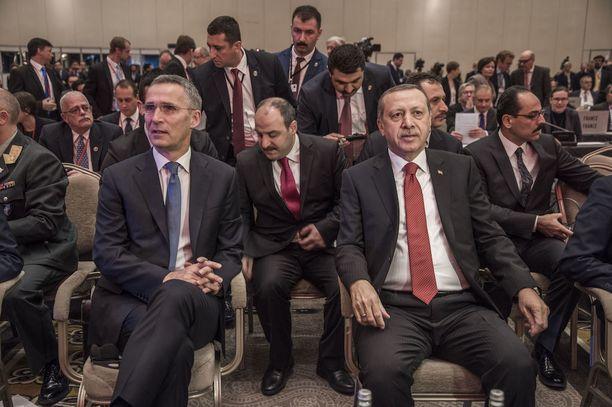 Suomen Nato-valtuuskunta osallistui viime syksynä sotilasliiton parlamentaarisen yleiskokouksen syyskokoukseen Istanbulissa. Kuvassa Naton pääsihteeri Jens Stoltenberg, vasemmalla, ja Turkin presidentti Recep Tayyip Erdogan.