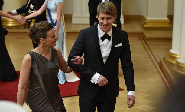 Jussi Vatanen ja Marika Tuhkala hymyilivät saapuessaan saliin.