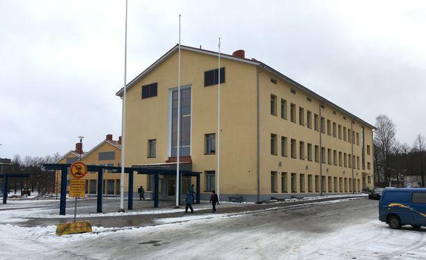 Poliisit hakivat epäillyt pojat teon jälkeisenä päivänä koululta Ylöjärven Soppeenmäessä.