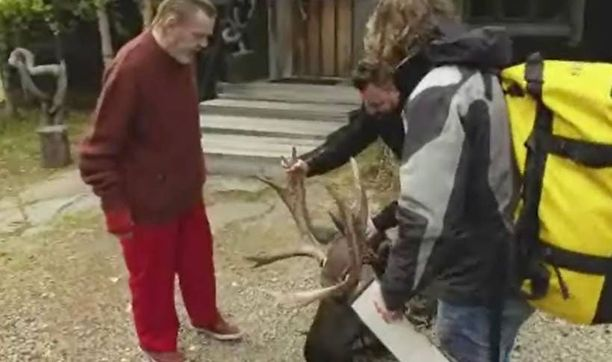 Tunna Milonoff ja Riku Rantala halusivat aterioida Vesku Loirin kanssa tuliaisena tuomansa hirven pään.