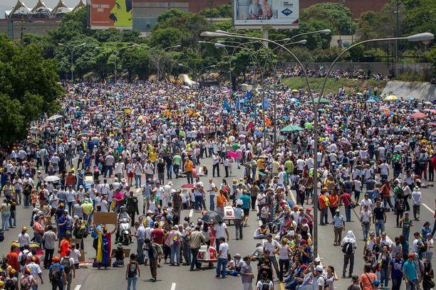 Mielenosoittajia Venezuelan pääkaupungissa Caracasissa maanantaina.