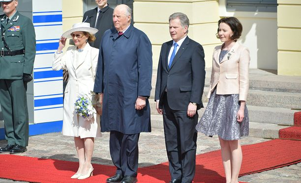 Kuningatar Sonja piti toisen kätensä tiukasti hatussaan Norjan kansallislaulun aikana.