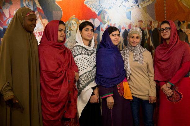 AKTIVISTIT Malala kutsui mukaansa viisi muuta lapsiaktivistia. Kuvassa vasemmalta oikealle nigerialainen Amina Yusuf, pakistanilainen Kainat Soomro, Malalan koulutoveri Shazia Ramzan, Malala itse, syyrialainen Mezon Almellehan ja toinen koulutoveri Kainat Riaz.