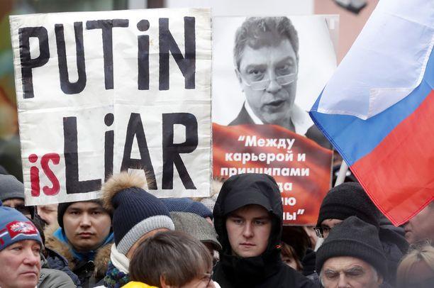 Ihmiset marssivat Moskovassa sunnuntaina Boris Nemtsovin muistolle. Oppositiojohtaja salamurhattiin kaupungin keskustassa neljä vuotta sitten.