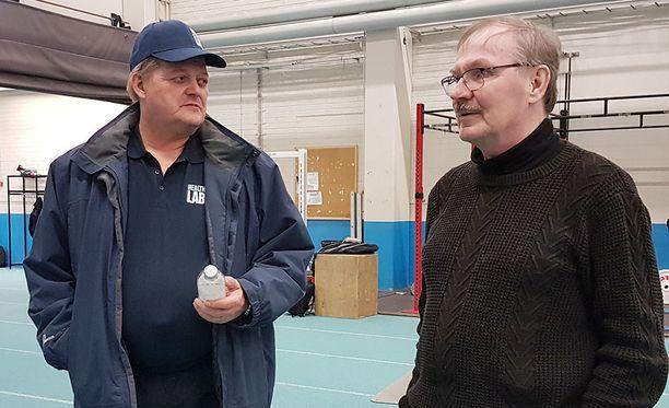 Seppo Räty (vas.) ja Hannu Siitonen valmensivat viikonloppuna ikäsarjoihin osallistuvia urheilijoita Tanhuvaaran urheiluopistolla.
