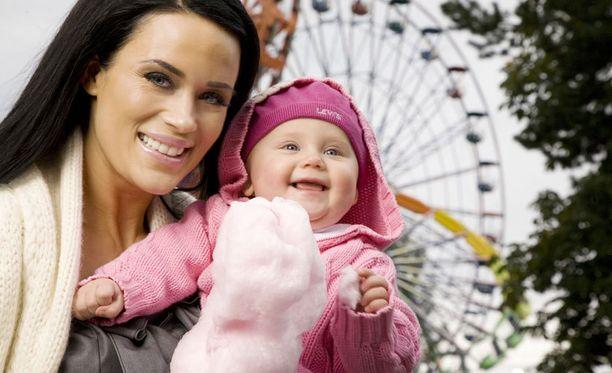 Martina ja Victoria-tytär huvipuistossa vuonna 2010. Victoria täyttää syksyllä jo kolme vuotta.