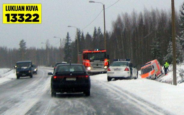Ambulanssi suistui ojan pohjalle Jyväskyläntiellä Tampereella.