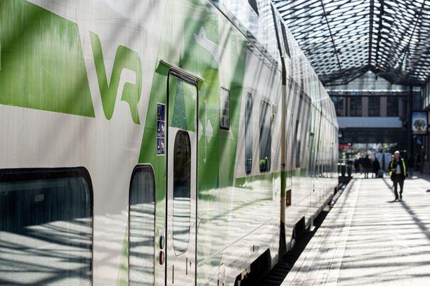 Kaksi matkustajajunaa myöhästyi tavarajunan jumittamisen takia. Kuvituskuva.