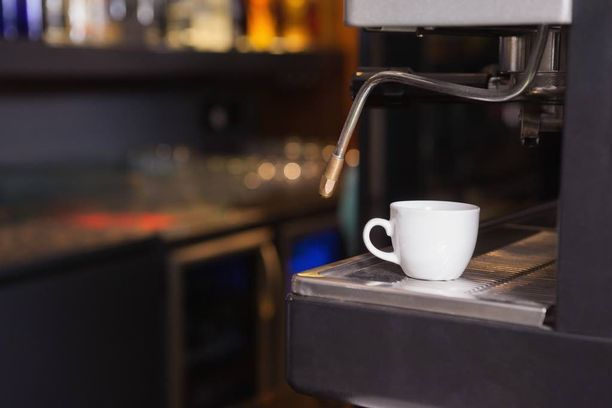 Kun asiakkaat antoivat palautetta huonosta kahvista, huusi yrittäjä alaiselleen. Alainen päätyi pitkälle sairaslomalle. Kuvituskuva.