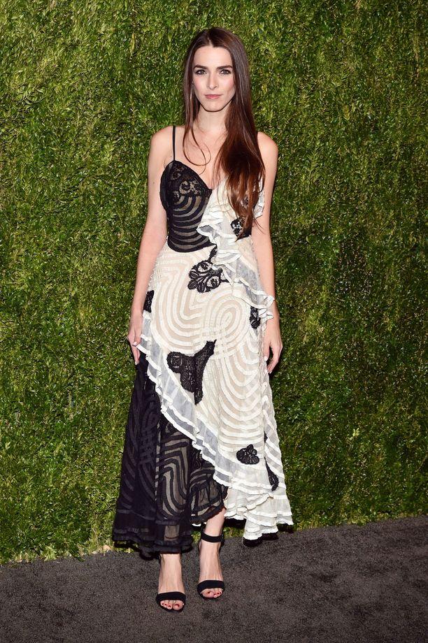 Vogue-lehden päätoimittaja Anna Wintourin tytär Bee Shaffer pukeutui musta-valkoiseen iltapukuun.