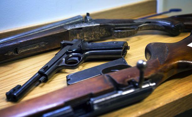 Pahimmillaan rikospaikalta löytyy ampuma-ase, ja sen päätymistä sinne joutuu selittämään aseen muinainen omistaja, joka on myynyt aseensa vuosia sitten. Kuvituskuva.