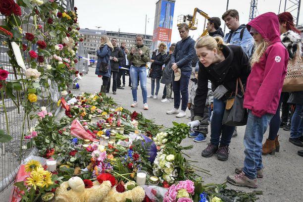 Ruotsissa tapahtui perjantaina terrori-isku, jossa epäilty mies ajoi kuorma-autolla ihmisjoukkoon Tukholman keskustassa. Lauantaina ihmiset toivat paikalle kukkia ja kynttilöitä.