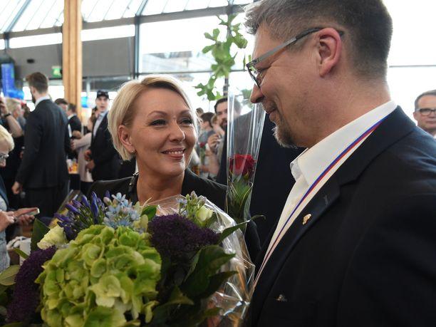 Mestarivalmentaja Jukka Jalonen sai lentokentällä onnittelut Sari-vaimoltaan.