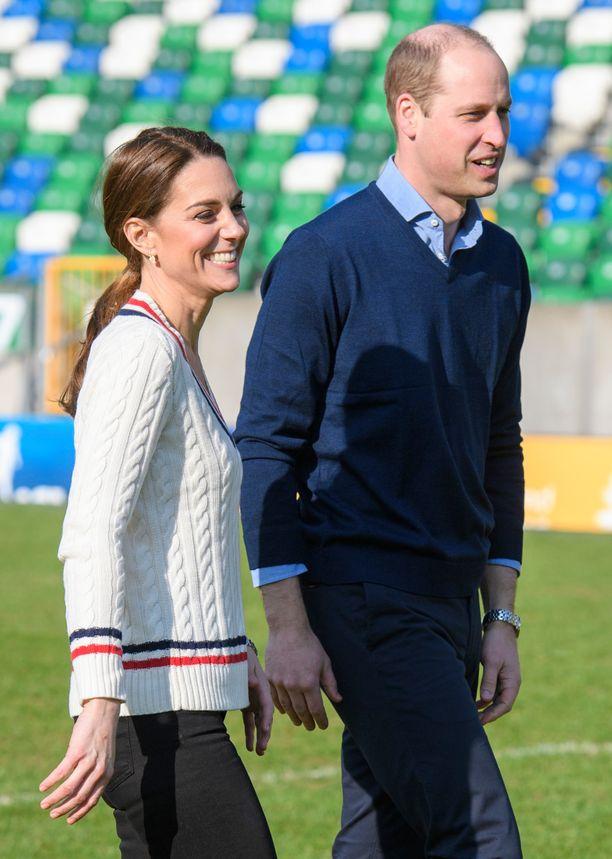 Prinssi William ja herttuatar Catherine potkivat jalkapalloa Belfastin vierailullaan.
