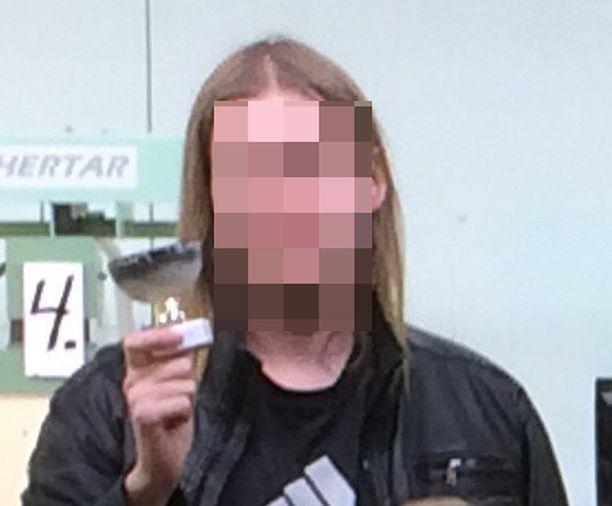 Tiistain hyökkäyksestä epäilty mies esiintyi ampumaseuran sivuilla julkaistussa kuvassa.