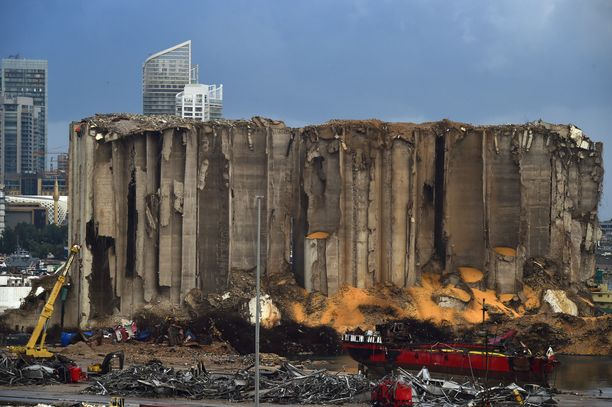Kuvassa näkyvät räjähdyksessä tuhoutuneet viljan säilytykseen käytetyt siilot satama-alueella. Kuva otettu kolme kuukautta 4. elokuuta sattuneen räjähdyksen jälkeen.