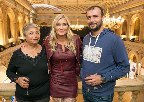 Juontaja ja bloggaaja Annika Metsäketo otti mukaan turkkilaisen miehensä Baris Kirkgözin sekä Leyla-anoppinsa. –Olimme pitkään Turkissa ja nyt on Bariksen vuoro viettää aikaa Suomessa. Olemme olleet muun muassa sienimetsällä, Annika kertoi.
