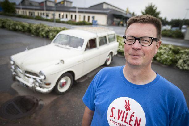 Jussi Heervä on onnellinen Volvon omistaja. Yli 190 senttiä pitkä Heervä joutuu laskostamaan itsensä ratin ja penkin väliin aina matkaan lähtiessään. Jos hän jotakin toivoisi, niin yhden pykälän lisää säätövaraa penkkiin.