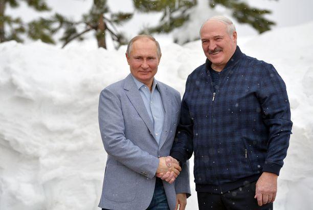 Venäjän presidentti Vladimir Putinin (vas.) ja Valko-Venäjän presidentti Aljaksandr Lukašenkan henkilökohtaiset välit eivät ole lämpimät, mutta Putinia kiinnostavat ennen kaikkea Valko-Venäjästä saatavat hyödyt.