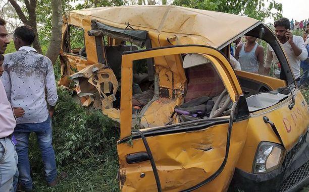 Koulubussin jäänteet törmäyksen jälkeen.