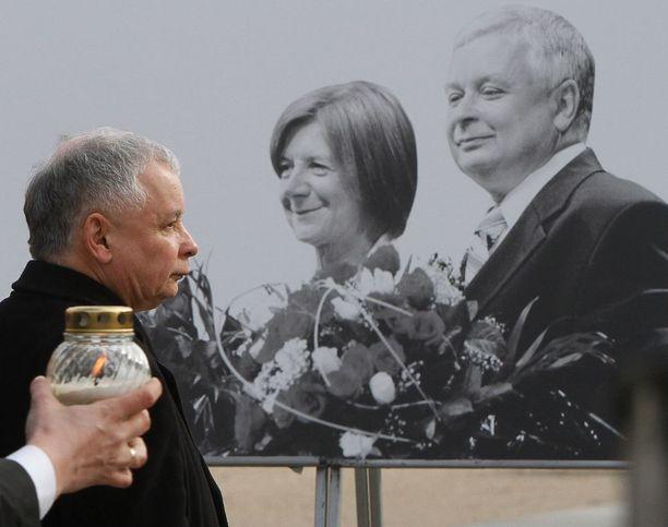 Jaroslaw Kaczynski (vas.) voitti vaalit lokakuussa ja haluaa uuden tutkinnan veljensä Lechin kuolemasta.