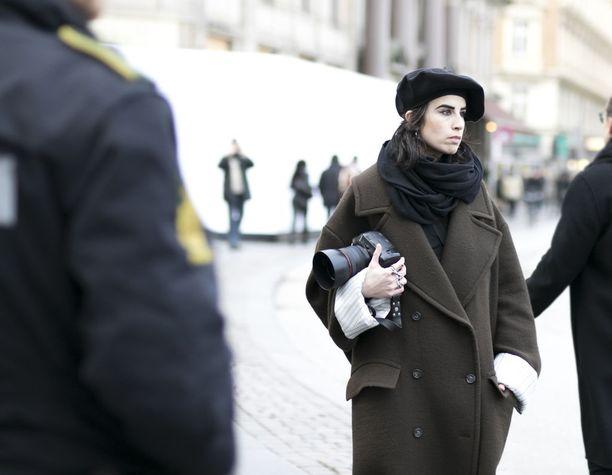 Dropatut olkapäät, käännetyt hihansuut, laadukas villa sekä yli-iso siluetti ovat supercoolin takin jujut. Hauska baskeri kruunaa tyylin.