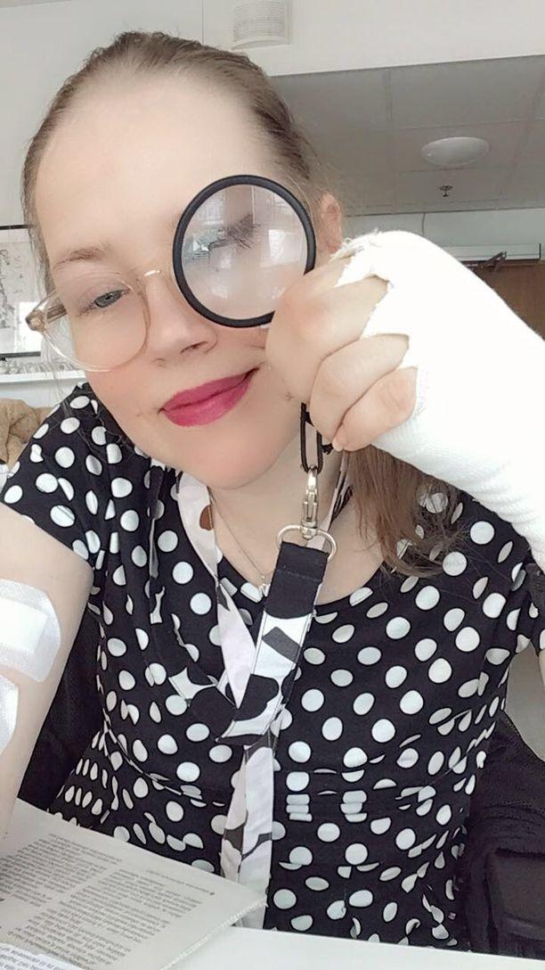 Mira Ylimäki ihmettelee, miksi hänet käyttökieltoon laittanut Facebook ei vastaa viesteihin. Käsileikkauksessa toipuva Mira pystyy lukemaan vain   suurennuslasin avulla.
