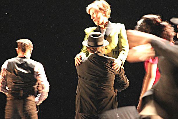 Ministeri Astrid Thors esiintyi ulkomaisen tanssiryhmän kanssa Kansallisoopperan lavalla.