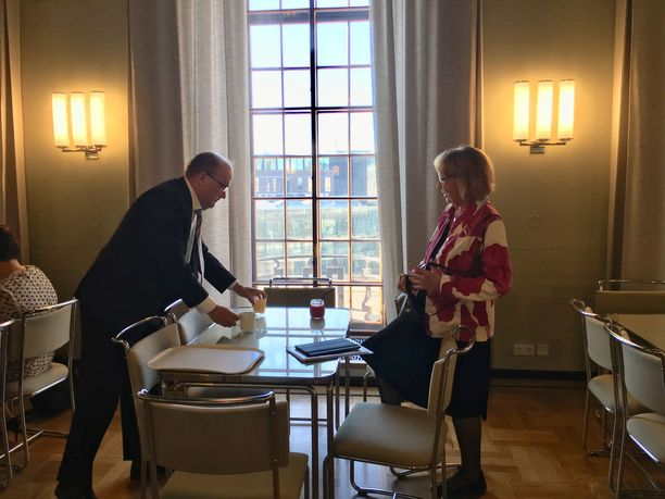 Perustuslakivaliokunnan puheenjohtaja Annika Lapintie ja varapuheenjohtaja Tapani Tölli tapasivat eduskunnan kuppilassa perjantaiaamuna ennen valiokunnan kokouksen alkamista.