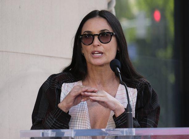 Demi Moore, 56, tunnetaan esimerkiksi elokuvista Vain yksi yö, Charlien enkelit: Kurvit suoriksi ja Kunnian miehiä.