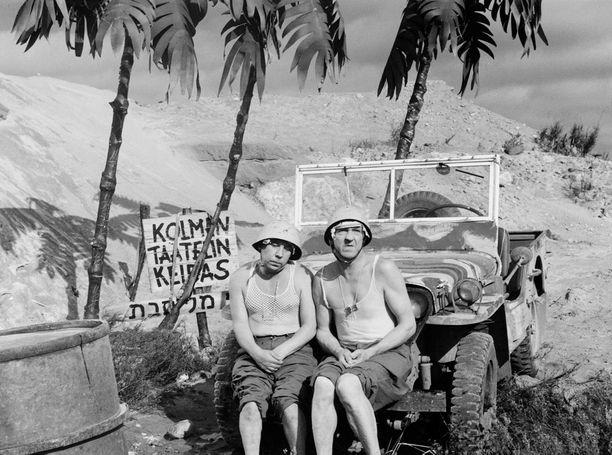 YK-sotilaiden Suezille lähettämät Pekka ja Pätkä joutuvat seikkailuun kalifien ja maantierosvojen kanssa. Kohtaukset Suezilta on kuvattu Vantaan Seutulassa Ruduksen hiekkakuopalla. Palmut olivat pahvia ja  pyramidit hiekkakumpuja.