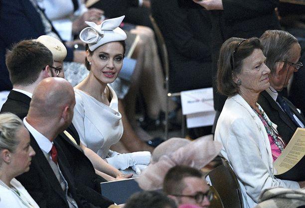 Angelina Jolie oli aamumessun kuvatuin vieras. Kuningatar Elisabet loisti poissaolollaan, koska poti kesäflunssaa.