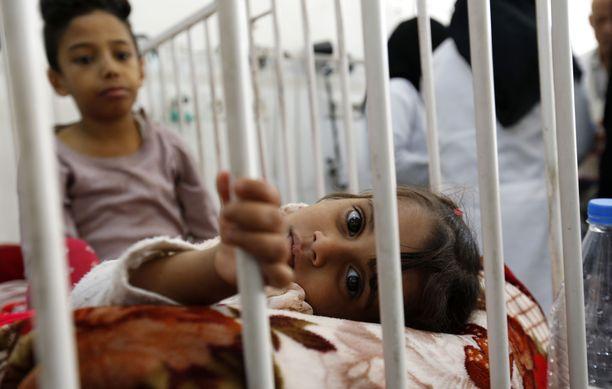 Jemenissä etenkin lapset kärsivät aliravitsemuksesta. Sodan vuoksi maata riivaavat myös monet kulkutaudit ja epidemiat kuten kurkkumätä ja kolera.