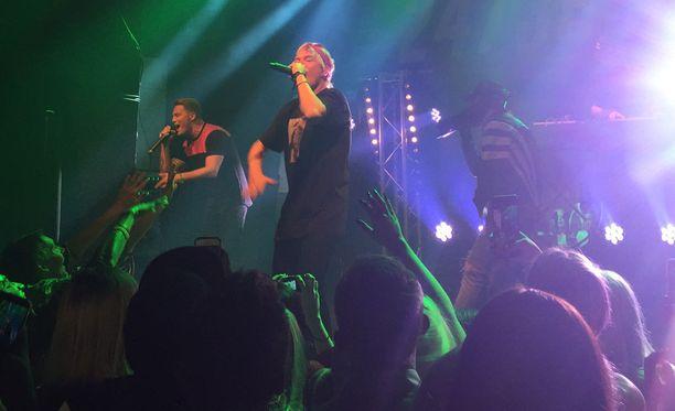 Cheek nousi yllättäen lavalla JVG:n kanssa Tavastialla.