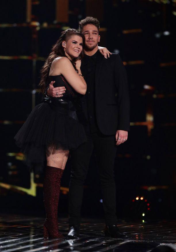 Saara Aalto ja Matt Terry kilpailevat sunnuntai-iltana Britannian X Factorin voitosta.
