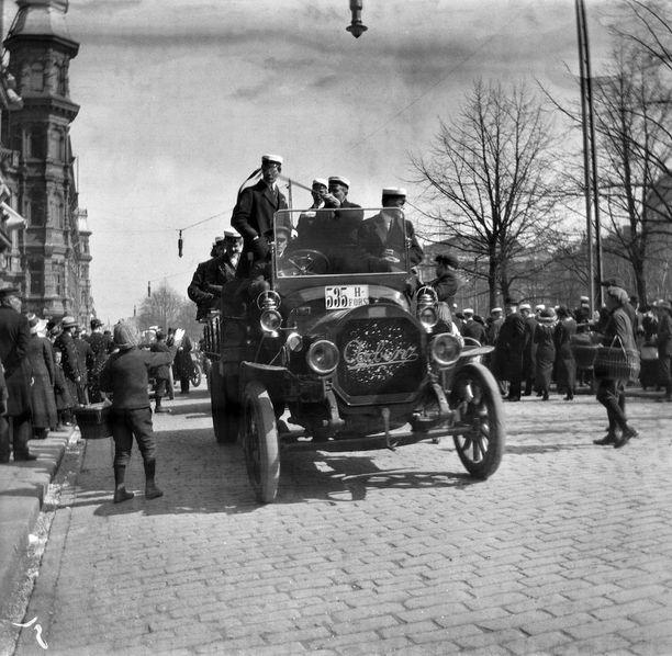 Ylioppilaiden vappuajelua autolla Pohjoisesplanadilla 1910-luvulla.