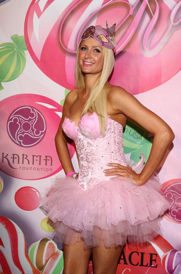 Paris Hilton edusti hempeässä tyllikorsetissa.