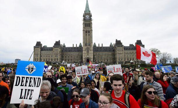 Pro-Life-mielenosoitus Kanadan Ottawassa toukokuun 10. päivä. Ulkoministeri Timo Soini osallistui marssin oheistapahtumaan virkamatkansa yhteydessä, mutta kertoi olleensa paikalla yksityishenkilönä, ei ministerin roolissa tai Suomen edustajana.