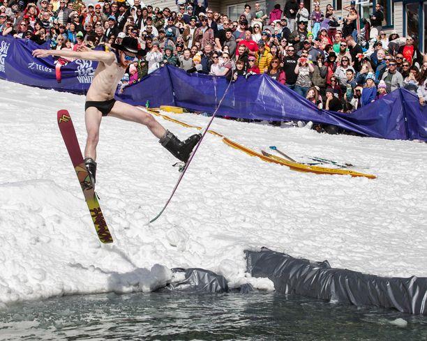 Sulaneen lumen muodostama lätäkkö toimii tarvittaessa myös uintipaikkana.