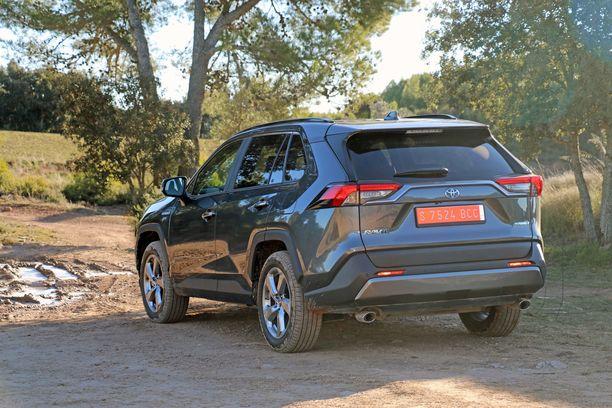 Nelivetoisessa hybridissä on sähkömoottori myös takana ja se pyörittää takapyöriä.