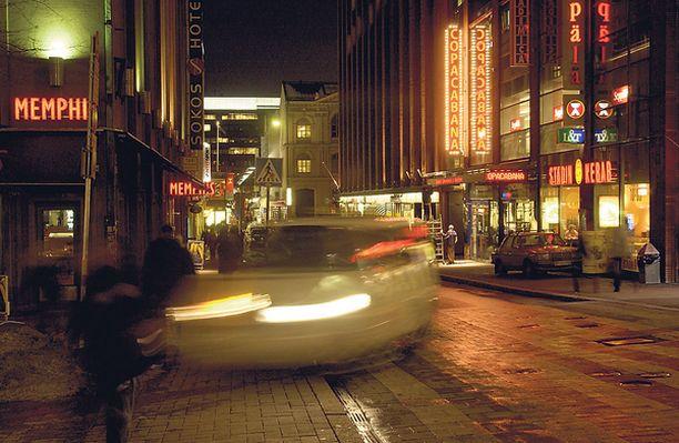 Poliisin mukaan valetaksit etsivät asiakkaita ravintoloiden läheisyydestä Helsingin keskustassa. Kuva ei liity pimeän taksin toimintaan.