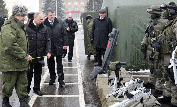 Venäjän presidentille Vladimir Putinille esitellään maan armeijan uutta kalustoa. Venäjän kerrotaan aikovan avustaa Tadzikistania aseellisesti 1,1 miljardin euron edestä. Kuva vuodelta 2012, jolloin Putin oli vielä pääministeri.