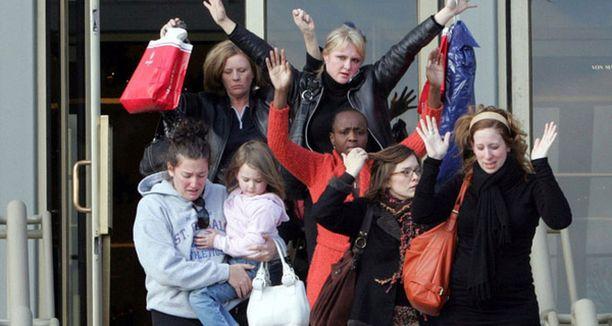 Pelästyneet asiakkaat poistuivat kädet ylhäällä.