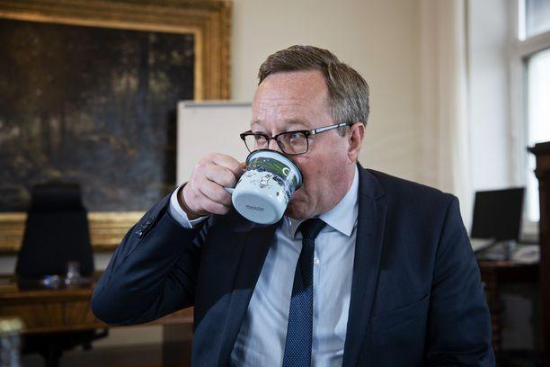 Valtiovarainministeri Mika Lintilä (kesk) juomassa kahvia virkahuoneessaan.