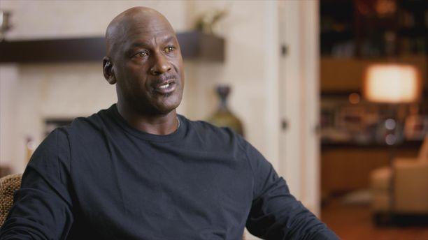 Michael Jordanin silmät näyttävät The Last Dance -dokumentin haastatteluissa keltaisilta.