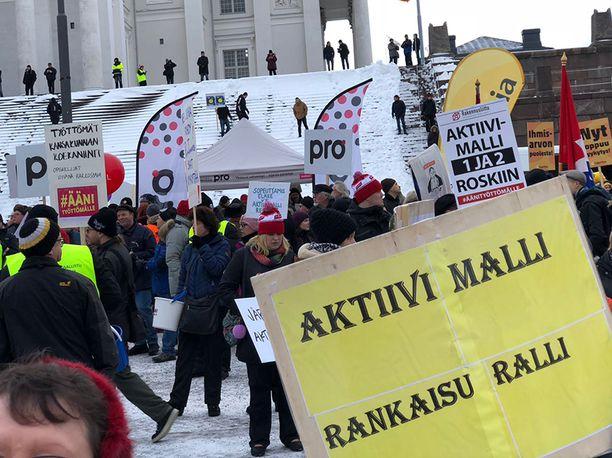 Aktiivimallia vastustettiin muun muassa suuressa mielenosoituksessa Helsingissä helmikuussa 2018.