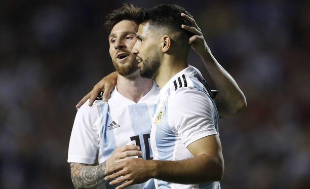 Lionel Messi (vas.) teki kolme maalia ja syötti Sergio Agüeron 4-0-osuman.